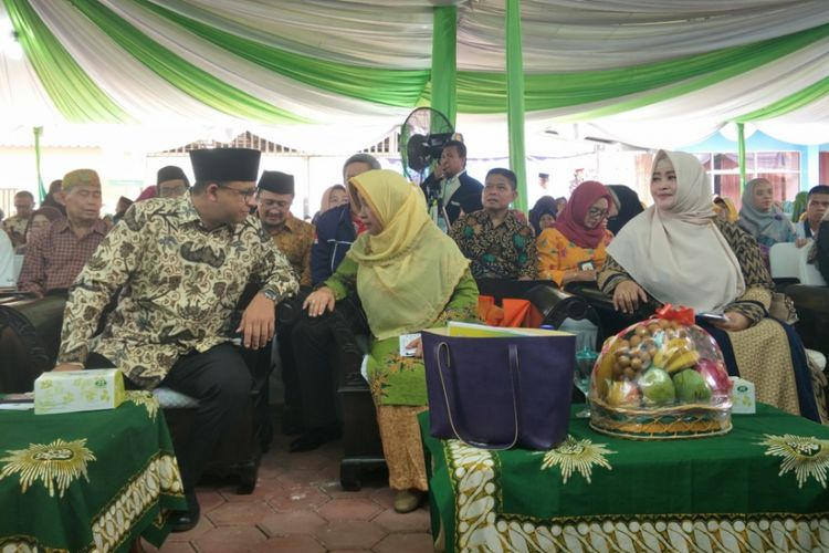 Gubernur DKI Jakarta, Anies Baswedan saat meresmikan klinik Fakhira Aisyiyah yang terletak di Jalan Kavling DKI, Jagakarsa, Jakarta Selatan, Sabtu (25/11/2017).