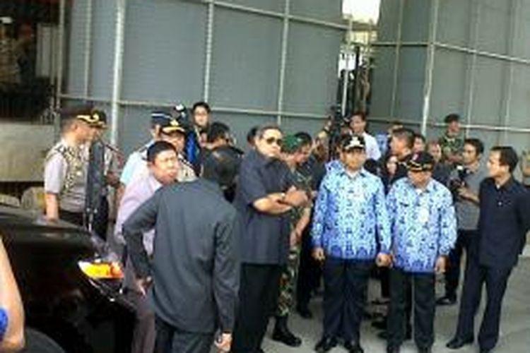 Presiden RI Susilo Bambang Yudhoyono (tengah) meninjau lokasi kebakaran di Pasar Senen, Jumat (25/4/2014).