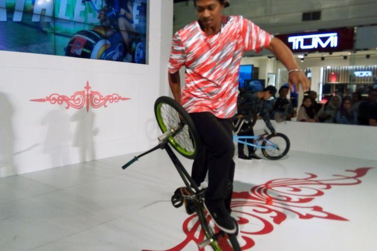 Atlet BMX Freestyle Januar Susanto alias Botay Agata memeragakan kepiawaiannya di atas sepeda BMX pada Sabru (17/8/2019). Di Asia Tenggara, BMX pertama kali dilombakan pada SEA Games 2011.