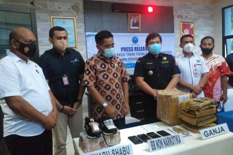 Kepala BNN Maluku Brigjen Pol. Rohmad Nursahid bersama sejumlah pejabat BNN Maluku menunjukkan barang bukti narkoba hasil sitaan di kantor BNN Maluku, Rabu (4/8/2021)