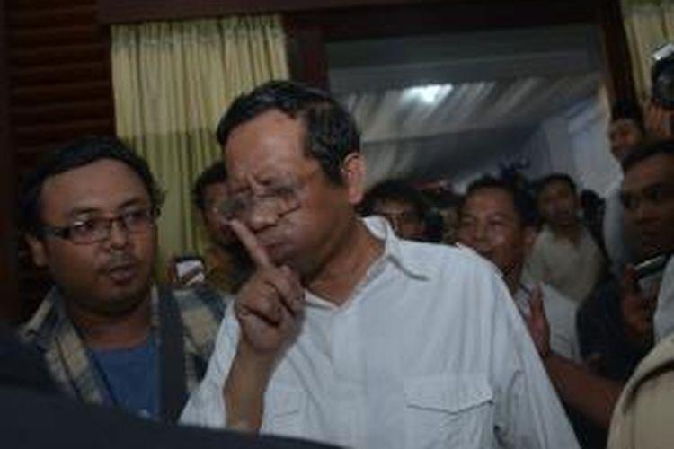 Mantan Ketua Mahkamah Konstitusi, Mahfud MD menolak sat akan diwawancari wartawan selesai menyampaikan kesediannya menjadi ketua tim pemenangan pemilu presiden pasangan Prabowo Subianto-Hatta Rajasa di Jakarta, Kamis (22/5/2014).