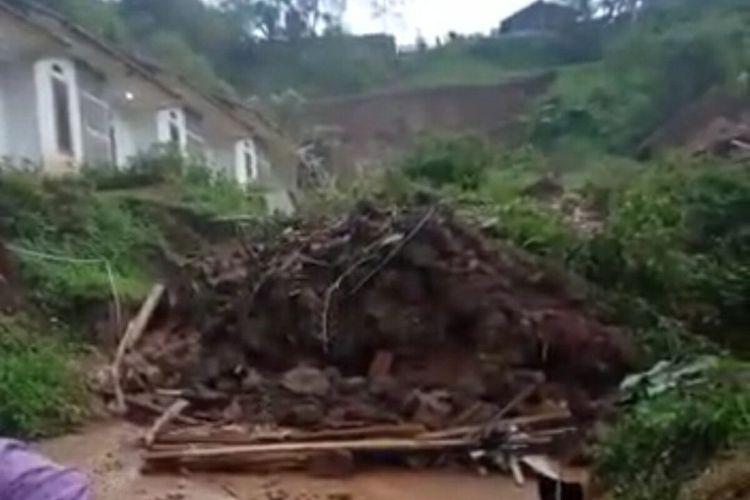 Longsor menimbun 14 rumah di Cihianjuang, Cimanggung, Sumedang, Jawa Barat, Sabtu (9/1/2021).