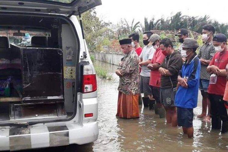 Pemakaman Pasien COVID-19 di Kabupaten Pekalongan yang terendam banjir (Istimewa)