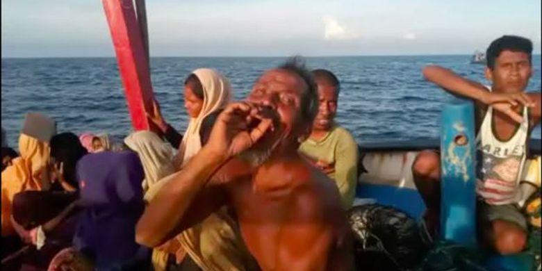 Seorang pengungsi Rohingya meminta minum.