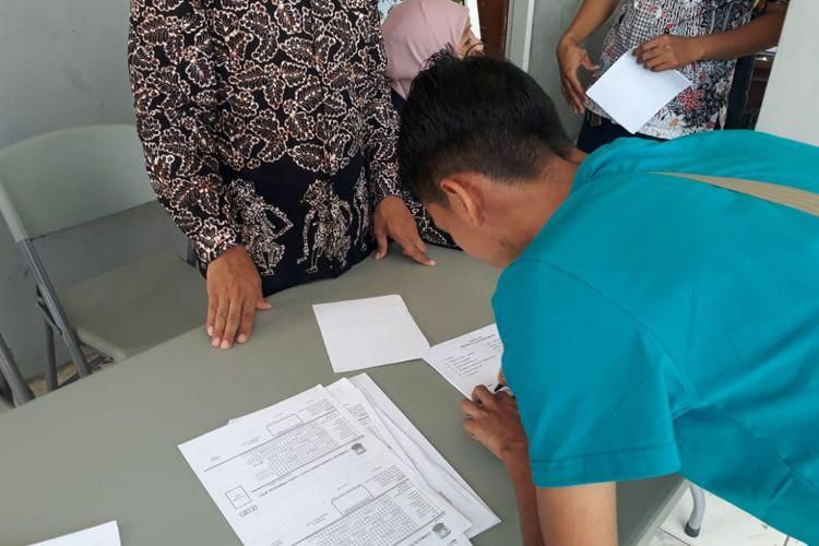 Disdukcapil Kabupaten Karawang beserta pihak terkait menggelar operasi yustisi di Terminal Klari, Karawang, Kamis (21/6/2018).
