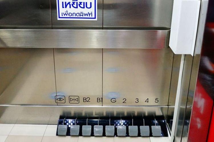 Ilustrasi pedal kaki yang digunakan sebagai pengganti tombol lift Mal Seacon Square, Bangkok, Thailand.