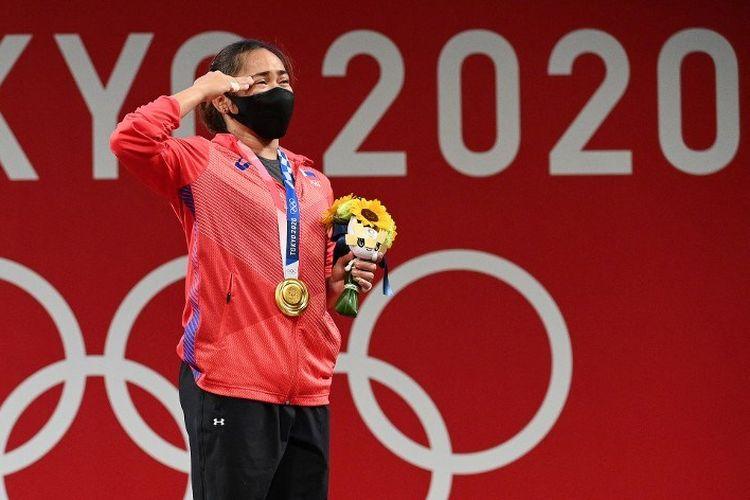 Atlet angkat besi Hidilyn Diaz berdiri di podium pemenang setelah menjadi yang terbaik di kelas 55kg putri Olimpiade Tokyo 2020 di Tokyo International Forum pada 26 Juli 2021.
