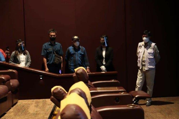 Wali Kota Manado Vicky Lumentut bersama tim Satgas Covid-19 Manado memantau persiapan pengelola bioskop