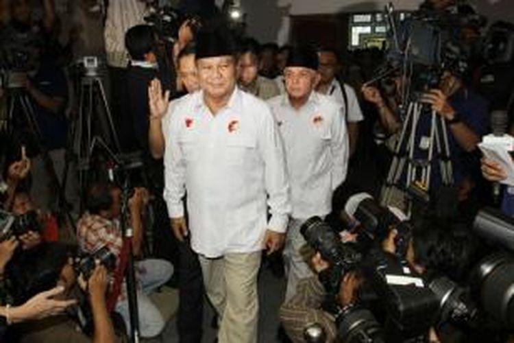 Pasangan capres dan cawapres dari poros Gerindra, Prabowo Subianto-Hatta Rajasa saat acara pengundian dan penetapan nomor urut untuk pemilihan presiden Juli mendatang di kantor KPU, Jakarta Pusat, Minggu (1/6/2014). Pada pengundian ini, pasangan Prabowo-Hatta mendapatkan nomor urut satu, sedangkan Jokowi-Jusuf Kalla nomor urut dua.