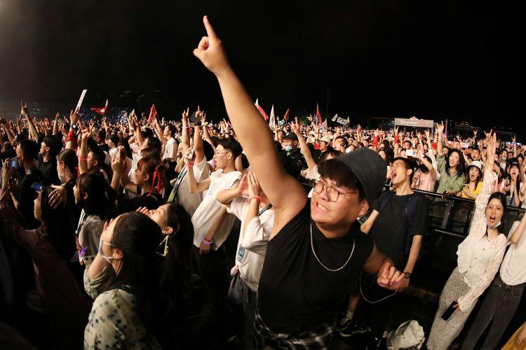 Masyarakat di Wuhan hadiri Strawberry Music Festival pada peringatan Hari Buruh Internasional, Sabtu (1/5/2021) dan menikmati euforia yang ada