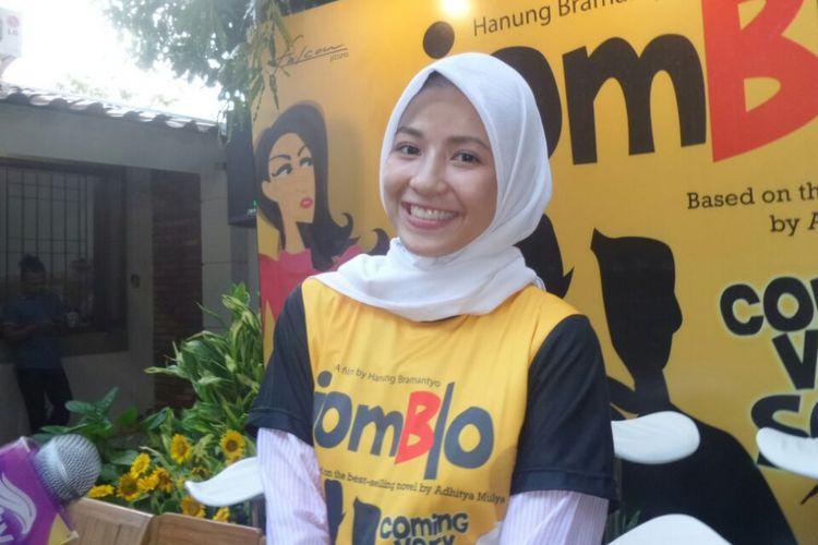 Natasha Rizki di sela acara syukuran film Jomblo, yang dihadiri sutradara, penulis skenario, dan para pemain di kantor Falcon Pictures, di Warung Buncit, Jakarta Selatan, Kamis (16/3/2017).