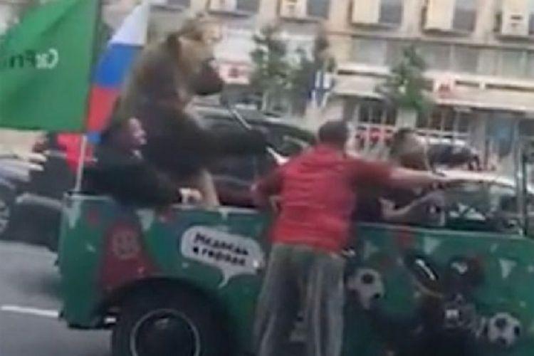 Aksi beruang yang meniup Vuvuzela, atau terompet khas saat perhelatan Piala Dunia 2010 Afrika Selatan, ketika berada di jalanan Moskwa, Rusia.