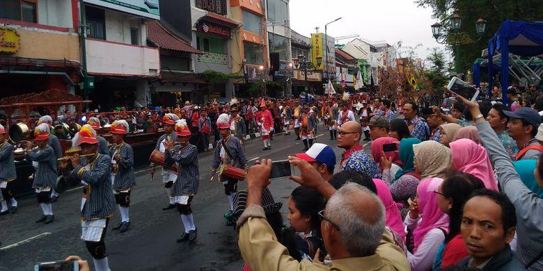 Sebanyak 27 pelaku seni dan budaya yang tergabung dalam sanggar, grup, dan kelompok mengikuti pawai di Jalan Malioboro, Kota Yogyakarta, Kamis (27/7/2017). Festival Kesenian Yogyakarta (FKY) ke-29 digelar mulai 27 Juli 2017 sampai 13 Agustus 2017.