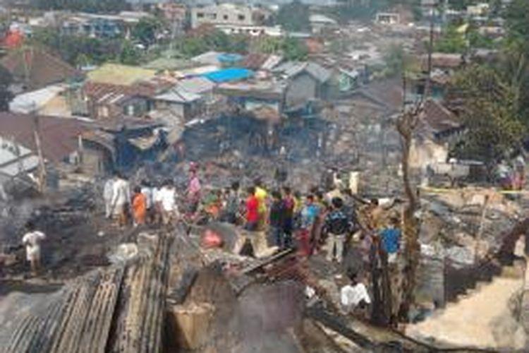 20140214K71-12: Pantauan dari puncak bukit pada tiga RT di Balikpapan bagian Barat, Kaltim, yang diamuk api. Sejumlah 33 rumah ludes. Satu orang tewas terbakar.