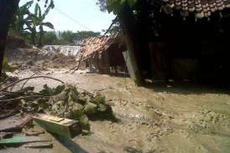 Sisa-sisa rumah milik Nurhadi di  Dukuh Ganud RT 08 RW 02 Desa Bakalrejo,Kecamatan Guntur , Demak, yang hanyut tergerus banjir  sungai  B1 Cabean, Minggu (3/7/2016)