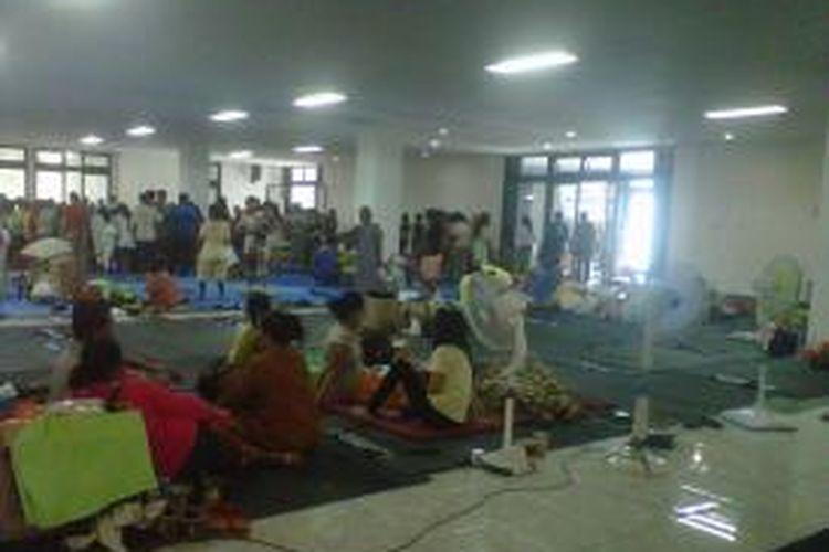 Sampai saat ini sudah 465 jiwa dari 107 KK  yang sudah pindah mengungsi ke Gedung Olahraga Judo, Kelapa Gading, Jakarta Utara.