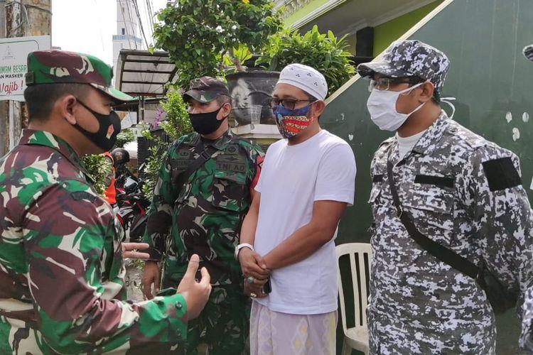 Dandim 0501 Jakarta Pusat Kol. Inf. Luqman Arief berbincang dengan Laskar FPI yang berjaga di depan gang rumah Rizieq Shihab, di Petamburan, Jumat (27/11/2020).