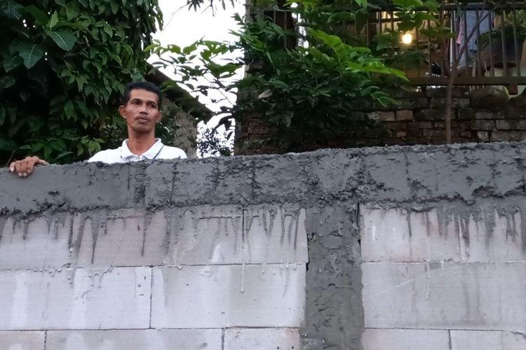 Tarmo (50), warga Serua, Ciputat, Tangerang Selatan yang akses rumahnya tertutup tembok setinggi 2 meter, Selasa (7/9/2021).