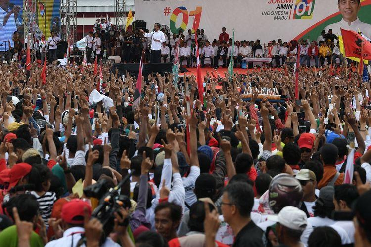 Calon Presiden nomor urut 01 Joko Widodo berorasi ketika kampanye terbuka di GOR Satria, Purwokerto, Banyumas, Jawa Tengah, Kamis (4/4/2019). Jokowi mengajak pendukung untuk memerangi hoaks dan memenangkan pasangan Jokowi-Maruf Amin pada pilpres mendatang. ANTARA FOTO/Wahyu Putro A/aww.