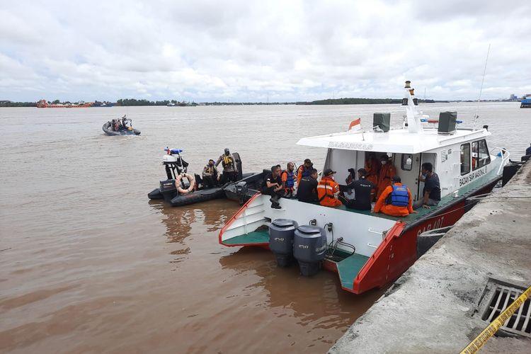 Tim SAR berusaha melakukan evakuasi terhadap dua orang yang terjebak di dalam truk yang tercebur di Sungai Barito, Minggu (12/9/2021).