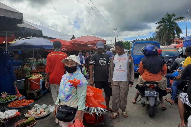 Beberapa pedagang di kawasan Pasar Mardika tidak menggunakan masker saat beraktivitas di hari pertama pemberlakuan Pembatasan Kegiatan Masyarakat (PKM) di Kota Ambon, Snein (8/6/2020)