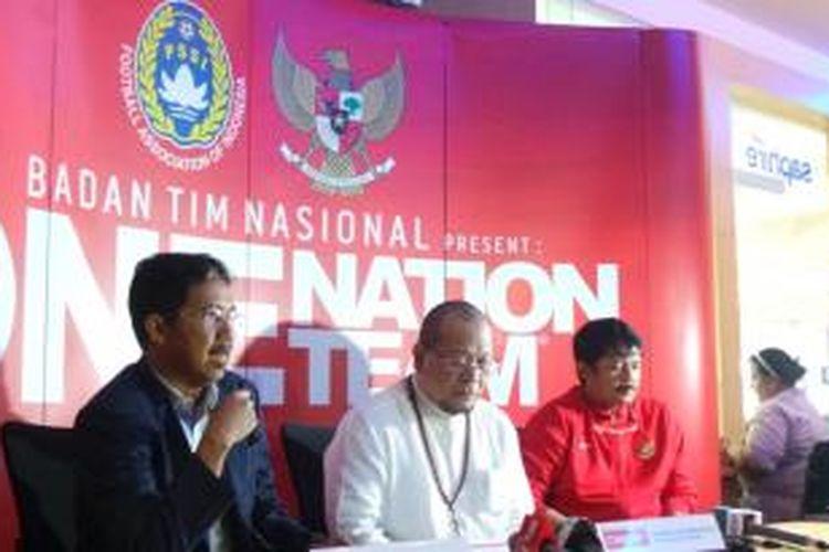 Sekjen PSSI Joko Driyono, Ketua Badan Tim Nasional (BTN) La Nyalla, dan Pelatih Timnas U-19 Indra Sjafri saat memberikan keterangan mengeni program pemusatan latihan timnas U-19 di Bandara Soekarno-Hatta, Tangerang, Kamis (24/10/2013).