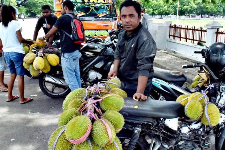 Roland dan teman-teman melayani pembeli durian di depan halaman Kantor Bupati Sikka, Flores, Nusa Tenggara Timur, Jumat (29/3/2019).