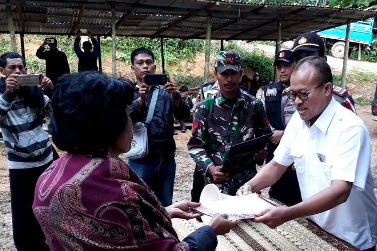 Keluarga Korban mendapat santunan dari PT Istaka Karya di rumah duka di kelurahan Pangli Selatan, kecamatan Sesean, Toraja Utara, Rabu (12/12/2018) pagi
