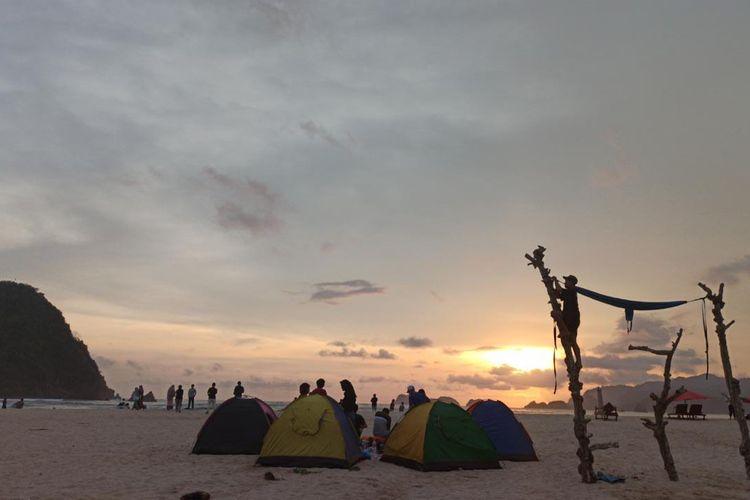 Wisatawan menggelar camping di wisata pantai pulau merah pasca ditutup karena Covid-19