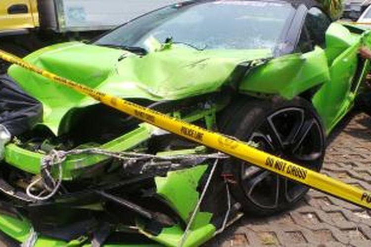 Lamborghini B 333 NI milik pengacara Hotman Paris Hutapea yang terlibat kecelakaan di Tol Wiyoto Wiyono. Senin (6/10/2014).