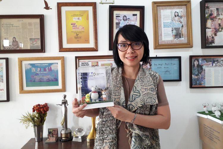 Ratna pendiri Precious One memegang pajangan miniatur untuk Asian Games 2018