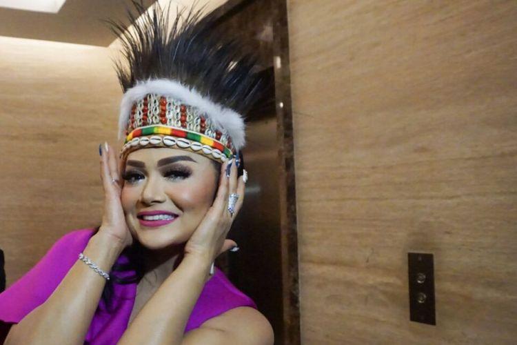 Diva pop Krisdayanti usai berkolaborasi dengan Joan di panggung Spektakuler Show Top 3 Indonesian Idol 2018 yang digelar di MNC Studios, Kebon Jeruk, Jakarta Barat, Selasa (3/4/2018).