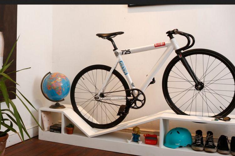 Selain bisa menggantung sepeda, rak ini juga bisa menyimpan buku, kunci mobil, dan peralatan lain karena dilengkapi rak mini di atasnya.