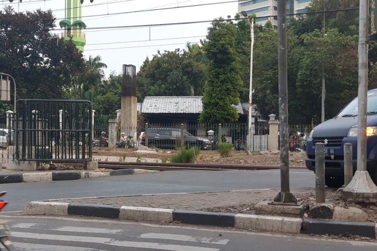Pagar di perlintasan dekat stasiun Palmerah terdapat di kedua ruas jalan.