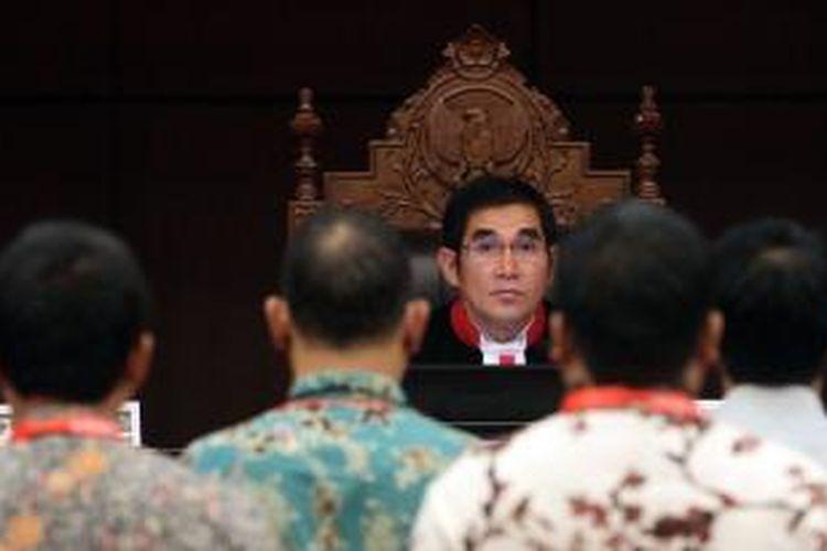 Ketua Majelis Hakim Konstitusi Hamdan Zoelva memimpin penyumpahan saksi dalam sidang ke-3 perselisihan hasil pemilhan umum (PHPU) di Mahkamah Konstitusi, Jakarta, Senin (11/8/2014). Pasangan Prabowo-Hatta menuntut agar MK membatalkan SK KPU yang menetapkan pasangan nomor urut 2 Joko Widodo - Jusuf Kalla sebagai pemenang dalam Pilpres 2014.