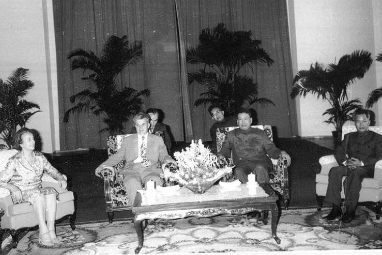 Pol Pot (nomor tiga dari kiri) menerima Presiden Romania Nicolae Ceausescu di Phnom Pehn pada 1978.