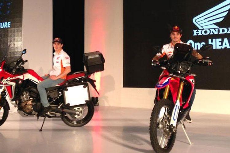 Marc Marquez dan Dani Pedrosa saat ikut meluncurkan dua model baru Honda, Africa Twin dan CRF250Rally.