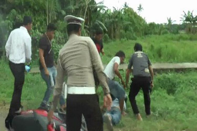 Kamaruddin, kurir narkoba ditangkap aparat setelah pelaku menerobos dan menabrak kerumunan polisi yang sedang menggelar razia, Rabu (12/4/2017).