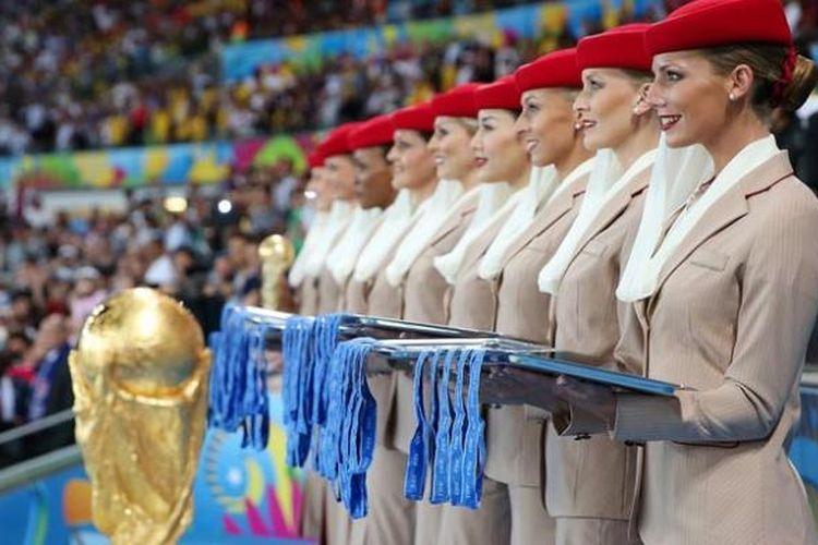 Pramugari Emirates dan trofi Piala Dunia 2014 di Stadion Maracana, Rio de Janeiro, Brasil.
