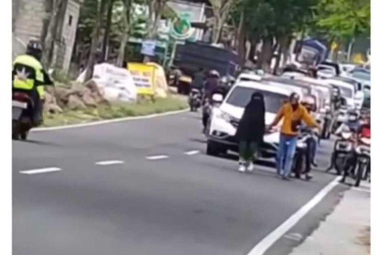 Video seorang perempuan muda berjalan santai di tengah bahu jalan viral di media social. Aksi perempuan depresi tersebut sempat membuat kemacetan menuju destinasi Telaga Sarangan.