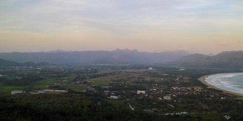 Pemandangan Kota Pacitan Berpadu dengan Pegunungan di Sekitarnya