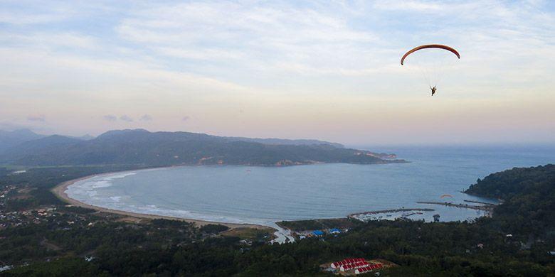 panorama Teluk Pacitan dari Ketinggian di Sentono Gentong