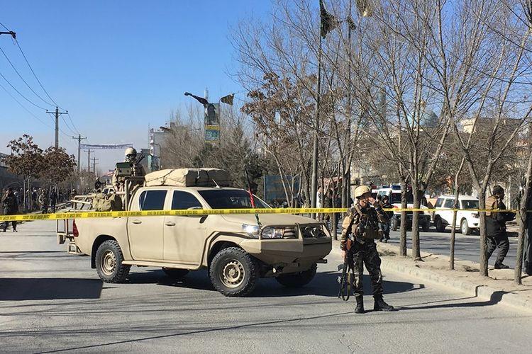 Militer berjaga di sekitar pusat kebudayaan Tabayan dan kantor berita Afghanistan Voice Agency (AVA) di Kabul, Afghanistan (28/12/2017). Serangan tersebut menewaskan 40 orang dan melukai 30 warga Kabul lainnya.