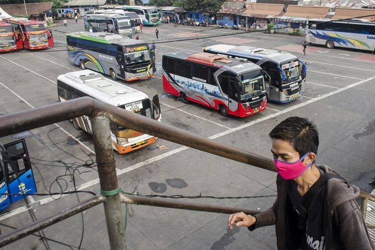 Suasana sejumlah bus berbagai jurusan yang berhenti di Terminal Cicaheum, Bandung, Jawa Barat, Selasa (21/4/2020). Pemerintah Indonesia resmi mengeluarkan kebijakan larangan mudik Lebaran 2020 bagi masyarakat di tengah masa Pandemi guna memutus mata rantai penyebaran COVID-19 yang akan berlaku ekfektif mulai Jumat 24 April 2020. ANTARA FOTO/Novrian Arbi/hp.