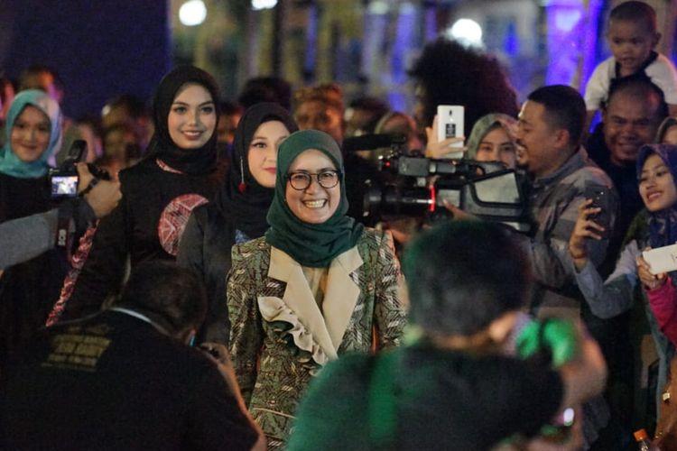Bupati Lebak Iti Octavia Jayabaya turut melenggang pada run away pembukaan fashion show sebagai rangkaian festival Seba Baduy 2019 di Alun-alun Rangkas Bitung, di depan Kantor Bupati Lebak, Jumat (3/5/2019) malam tadi.