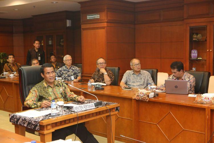 Menteri Pertanian (Mentan) Amran Sulaiman saat teleconference penanaman komoditas kedelai serentak dengan 500.000 hektar di Kantor Pusat Kementan, Ragunan, Jakarta, Jumat (6/10/2017).