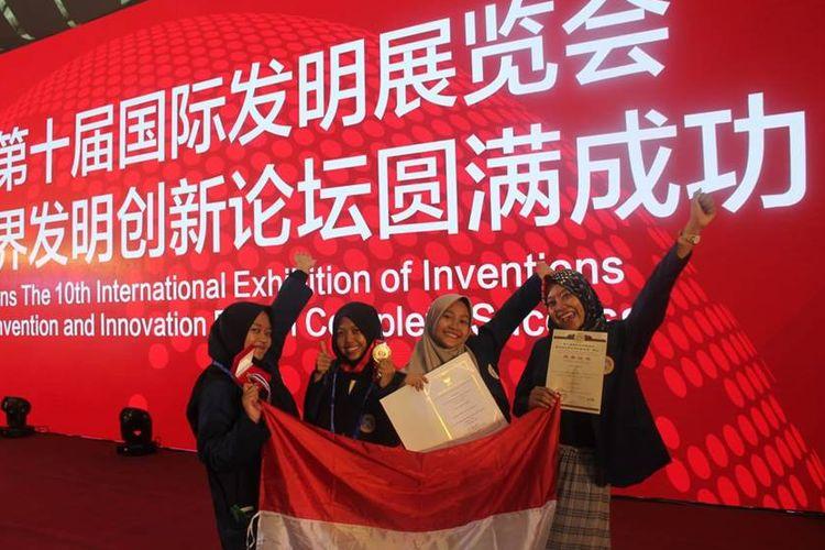 Empat mahasiswi Universitas Airlangga berhasil mendapatkan emas pada kompetisi yang dilaksanakan di China