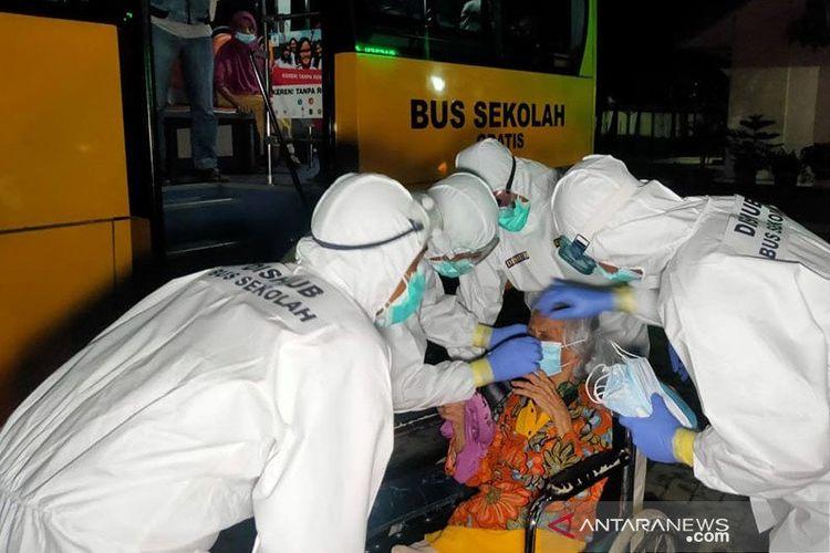 Petugas medis dan Unit Pelaksana Angkutan Sekolah (UPAS) Dishub DKI Jakarta mengevakuasi pasien manula terkonfirmasi COVID-19 dari panti di kawasan Cengkareng, Jakarta Barat, menuju RSKD Duren Sawit, Jakarta Timur, Selasa (22/12/2020) dini hari.