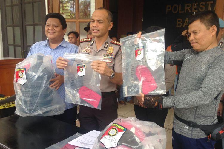 Kapolrestabes Bandung, kombes Pol Hendro Pandowo yang didampingi Kasatreskrim AKBP M Yoris Maulana tengah memperlihatkan barang bukti dalam ungkapan kasus penusukan seorang pelajar SMK Dirgantara di Kota Bandung.