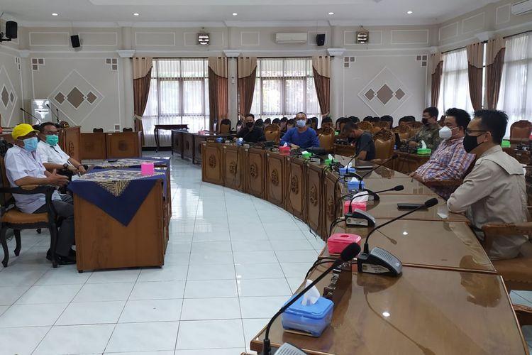 Pengurus BPC HIMPI Banyumas mengadu ke DPRD Banyumas soal gerakan Jateng di Rumah Saja, Kamis (4/2/2021).